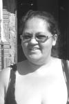 """""""Eu espero que asfaltem o bairro, principalmente por causa do ônibus. Aqui tem pessoas deficientes, crianças de colo, e pra subir fica difícil né, principalmente com essa terra"""". Elaine de Castro Assunção, 31 anos. Foto: Mariana Duré"""