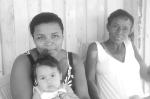 """""""A gente acompanha as propostas dos políticos todos os dias. Eles precisam colocar mais médicos nos hospitais, porque a gente já tem que andar um monte pra chegar, e às vezes ainda perde a viagem"""". Simone Felipe, 33 anos, e sua mãe Sebastiana Aparecida Felipe, 52. Foto: Mariana Duré"""