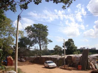Em uma mesma área da rua, é possível ver a diferença entre os postes de distribuição de energia dos dois lados. Foto: Amanda Moura/VozdoNicéia
