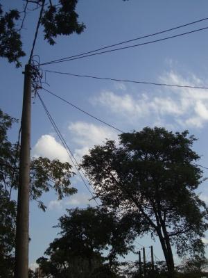 Alguns postes estão com ligações incompletas ou fiação exposta de maneira perigosa.  Foto: Amanda Moura/VozdoNicéia