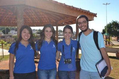 A equipe da Jornal Júnior que participou da entrega era composta por: Paula Nishi, Julia Golçalvez, Tamiris Volcean e Gustavo Guimarães. Foto: Caroline Braga/VozdoNicéia