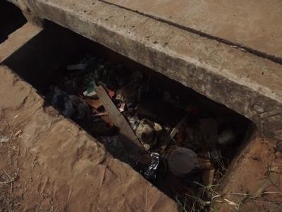 O acúmulo de lixo em bueiros provoca enchentes e alagamento das ruas. Foto: Nathalie Caroni/VozdoNicéia