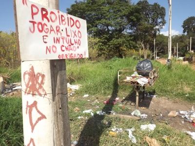 Placa colocada pelos próprios moradores para evitar o excesso de lixo fora da lixeira. Foto: Nathalie Caroni/VozdoNicéia