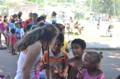 Na sombra da árvore, os sorrisos das crianças alegravam a fila. Curiosas, tentavam entender o dread da repórter Laura.