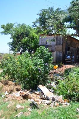 Casa de Xeila corre risco de desabamento devido ao buraco. Foto: Daniela Arcanjo e Matteus Corti/VozdoNicéia