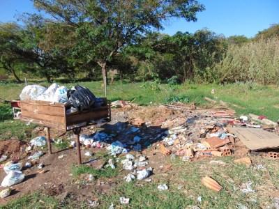 Perto das lixeiras também há acúmulo de entulho, já que não é recolhido pela EMDURB. Foto: Thainá Zanfolin/VozdoNicéia