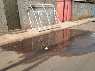 Há vazamentos nas ruas 2, 3 e 4. Esse da rua 2 existe há 15 dias. Foto: Bárbara Paro Giovani/VozdoNicéia