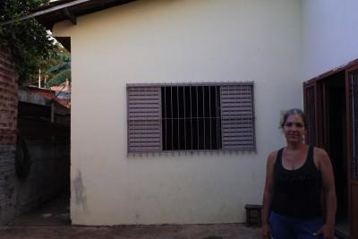 A moradora Adriana dedicou muito trabalho na reforma e melhoria de sua casa, mas sente a falta da segurança de um documento oficial de posse. Foto: Daniela Arcanjo/VozdoNicéia